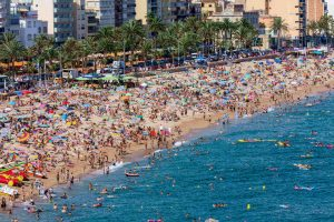 Playa europea en temporada alta